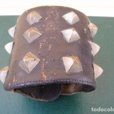 Vintage: MUÑEQUERA DE PINCHOS. DE UN VIEJO HEAVY. ACDC.. Lote 88009040