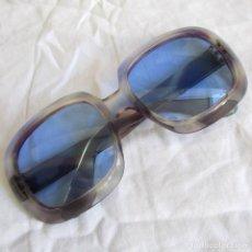 Vintage: GAFAS DE SOL CON LENTES AZULES Y PASTA COLOR LILA. Lote 94986883