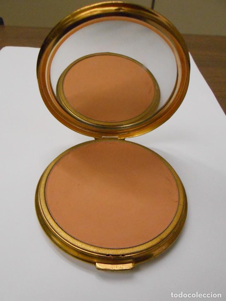09ceead539518 Vintage  polvera años 60 dorada con tapa de tela bordada. 8 cm. de