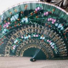 Vintage: ABANICO DE MADERA PINTADO A MANO - COLOR VERDE. Lote 213080813