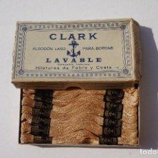 Vintage: VIEJA CAJA CON 24 MADEJAS DE ALGODON LASO PARA BORDAR COLOR 687 MARCA CLARK. Lote 125214875