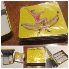 Vintage: ENVÍO 6€. PITILLERA DE HOJALATA POP AÑOS 80 MOTIVOS SURFEROS DE 8.5X8.5CM. Lote 125324887