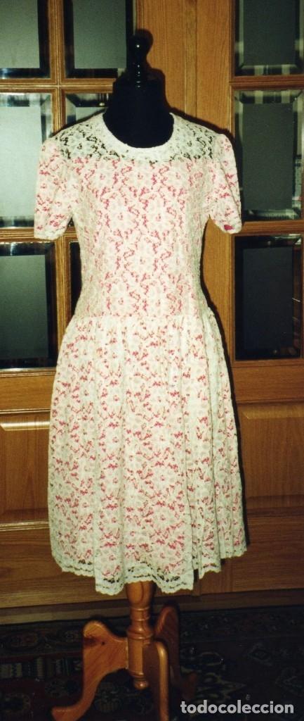VESTIDO DE ENCAJE BLANCO DE ALGODÓN MECÁNICO, FORRO COLOR FUCSIA, TALLE BAJO,DE MODISTA. AÑOS 1960? (Vintage - Moda - Mujer)