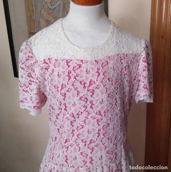 Vintage: Vestido de encaje blanco de algodón mecánico, forro color fucsia, talle bajo,de modista. Años 1960? - Foto 2 - 124416779