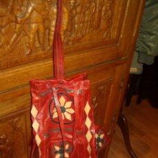 Vintage: BOLSO DE PIEL ROJA CON DIBUJOS.. Lote 154503842