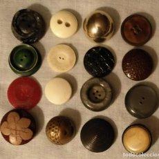 Vintage: BO10 LOTE 16 BOTONES CADA UNO DIFERENTE Y DISTINTO MATERIAL, FORMAS Y MIDIENDO ENTRE 2.30CM Y 2CM. Lote 165965222