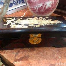 Vintage: PRECIOSO JOYERO CHINO ORIENTAL LACADO E INCRUSTACIONES DE NACAR - MEDIDA 25X10X9 CM - VINTAGE. Lote 166026834