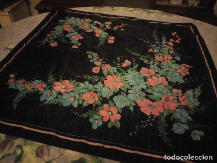 Vintage: Precioso pañuelo motivo florar fondo negro con brillos. - Foto 2 - 186489982