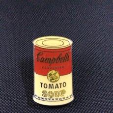 Vintage: ENVÍO 4€. PIN/CHAPA DE ANDY WARHOL REPRODUCE EL FAMOSO BOTE DE CAMBELLS TOMATE SOUP Y MIDE 4X2CM. Lote 191469677
