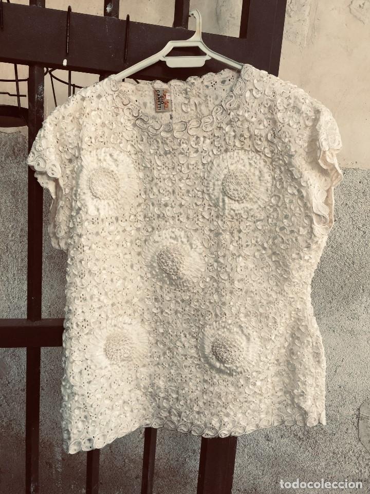 CAMISA BLUSA GIO CANETTI MUY ELABORADA FLORES RELIEVE CRISANTEMOS TALLA L ITALIA ITALY AÑOS 60 65CMS (Vintage - Moda - Mujer)