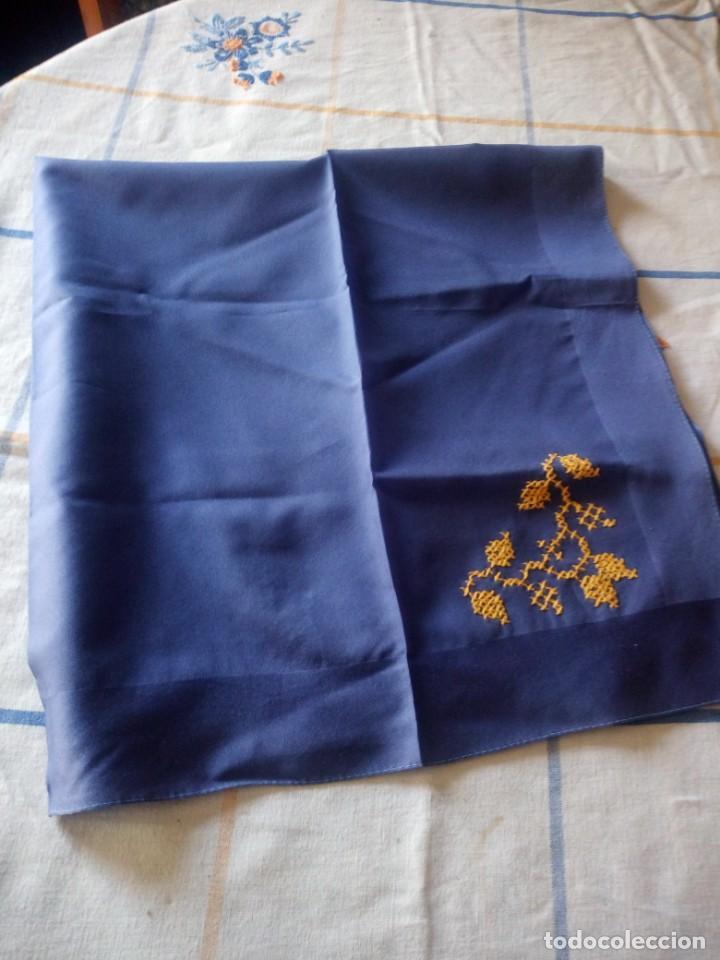 Vintage: Bonito pañuelo de poliéster con bordado en punto de cruz en una esquina. - Foto 3 - 217764997