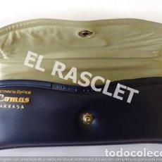 Vintage: FUNDA PARA GAFAS EN POLIPIEL AZUL CON PUBLICIDAD DE LA FARMACIA COMAS DE TERRASSA. Lote 221476666