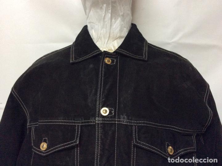 Vintage: Envió 8€. Cazadora de hombre de ante negro marca VERSACE couture de los 90. Muy usada. Talla L - Foto 2 - 221550961