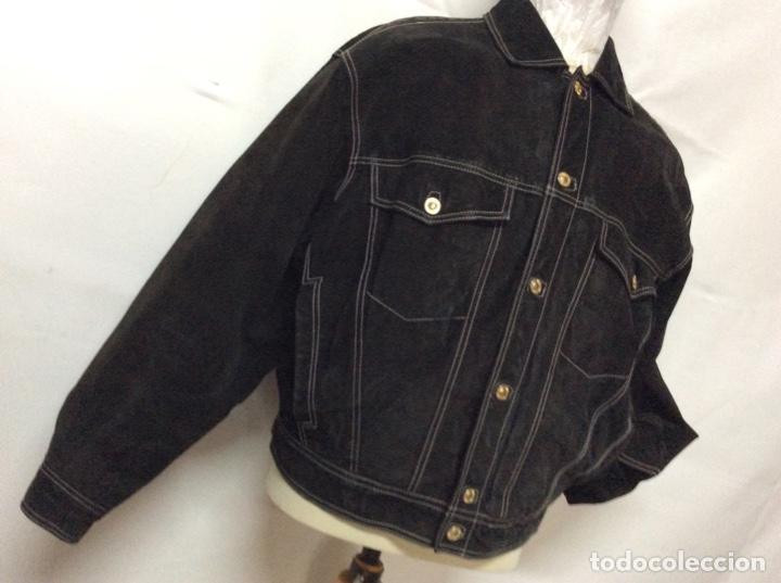Vintage: Envió 8€. Cazadora de hombre de ante negro marca VERSACE couture de los 90. Muy usada. Talla L - Foto 4 - 221550961