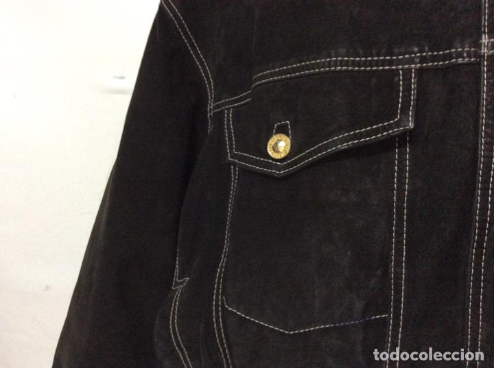 Vintage: Envió 8€. Cazadora de hombre de ante negro marca VERSACE couture de los 90. Muy usada. Talla L - Foto 5 - 221550961