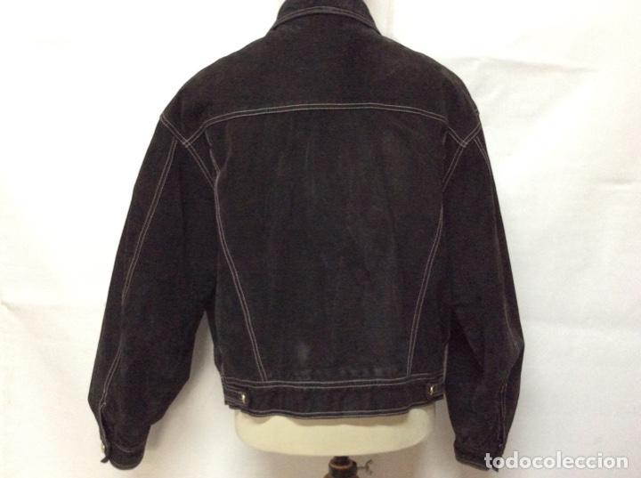 Vintage: Envió 8€. Cazadora de hombre de ante negro marca VERSACE couture de los 90. Muy usada. Talla L - Foto 9 - 221550961