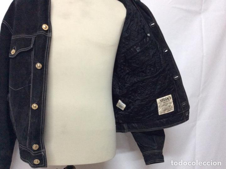Vintage: Envió 8€. Cazadora de hombre de ante negro marca VERSACE couture de los 90. Muy usada. Talla L - Foto 12 - 221550961