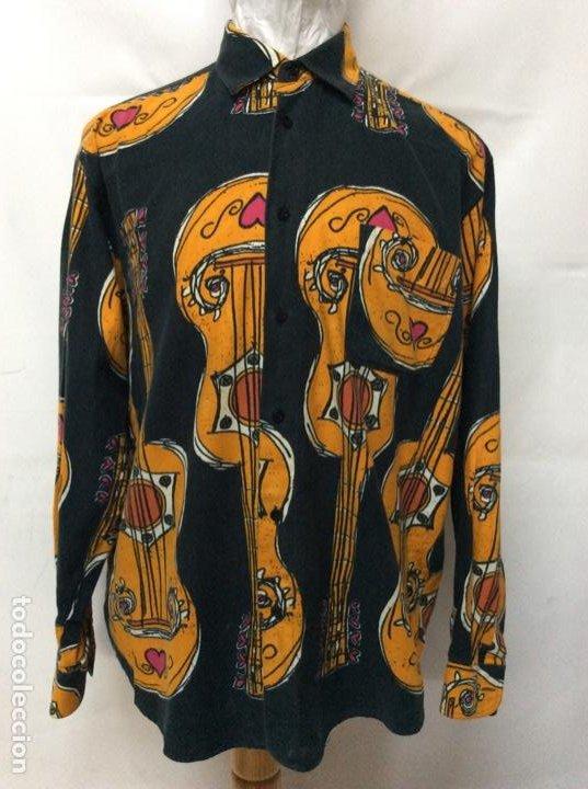 ENVIÓ 8€. CAMISA DE HOMBRE DE LA MARCA MOSCHINO DE LOS 80. TALLA XL EN MUY BUEN ESTADO (Vintage - Moda - Hombre)