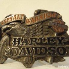 Vintage: HEBILLA METÁLICA HARLEY DAVIDSON 1992 BARÓN USA ASPHALT WARRIOR - VER FOTOS FALTA ENGANCHE 9X6 CM.. Lote 222705358
