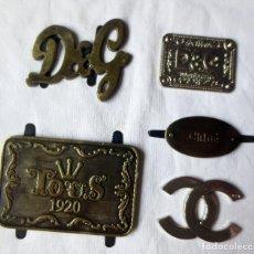 Vintage: RESERVADA UNA UNIDAD PARA S*****N LOGOTIPOS METALICOS DE DOLCE GABBANA - TOUS - CHLOE Y CHANEL. Lote 243487720