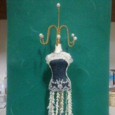 Vintage: CUELGA COLLARES Y SORTIJAS. SILUETA BORDADA NEGRO. Lote 254725680