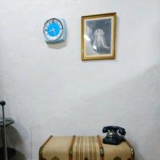 Vintage: BAÚL ANTIGUO DE MADERA FORRADO CON TELA. BUEN ESTADO. BAÚL DE LOS AÑOS 30 PERFECTO PARA DECORACIÓN. Lote 258027165