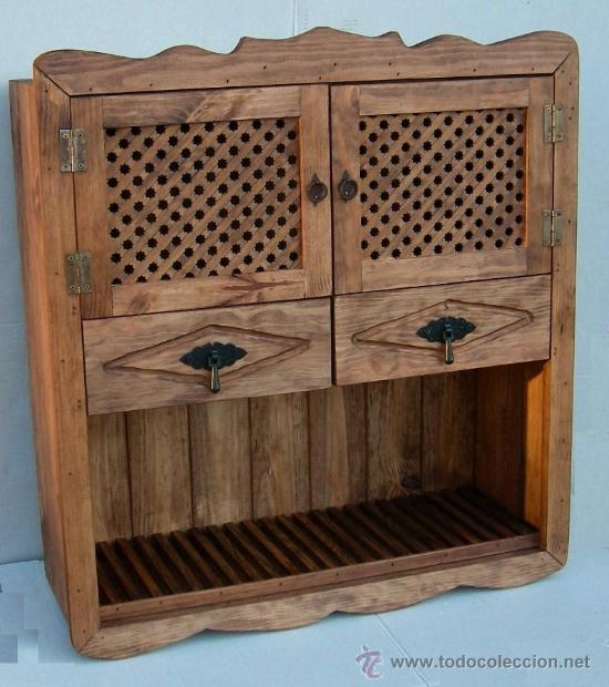colgar en pared platero de madera con puertas de celosia y dos cajones