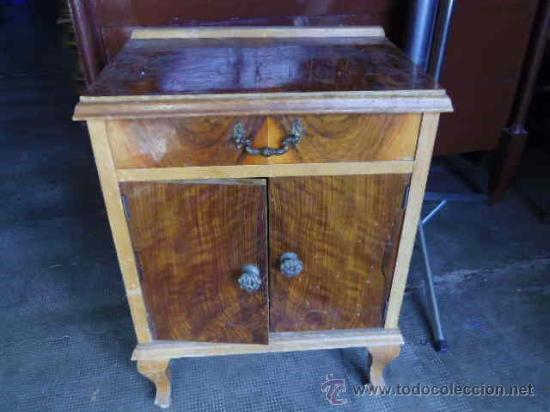 Interesante mesita de noche vintage necesita comprar for Restauracion muebles vintage