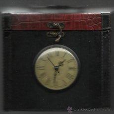 Vintage: CAJA DE SOBREMESA FORRADA CON ASA Y TAPA CON RELOJ EN FUNCIONAMIENTO. Lote 34432357