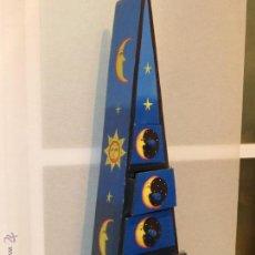 Vintage: ORIGINAL GRAN MUEBLE AUXILIAR CON CAJONES-FORMA TRIANGULAR PINTADO EN AZUL-DIBUJOS DE LUNAS Y SOLES. Lote 42306424