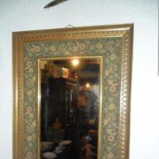 Vintage: ESPEJO CON MARCO DE MADERA TALLADA CON PAN DE ORO Y ENTELADO VINTAGE. Lote 43078720