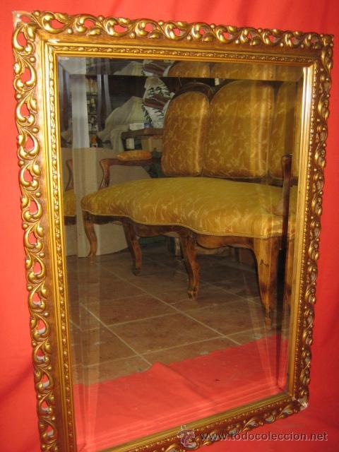 LLAMATIVO ESPEJO DORADO CON LUNA BISELADA. (Vintage - Muebles)