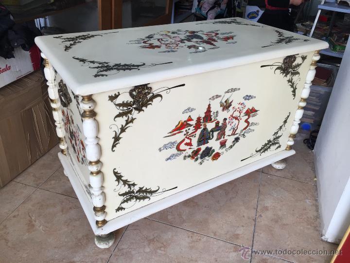 Impresionante baul a os 70 con motivos chinos a comprar muebles vintage en todocoleccion - Baules pintados a mano ...