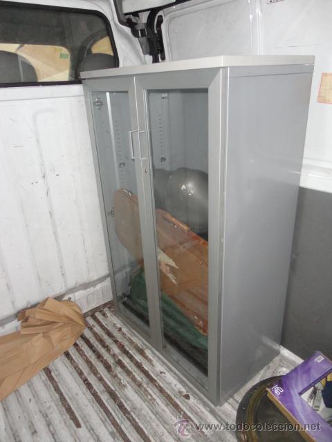 Mueble vitrina con llave de oficina color gris comprar for Muebles de oficina vintage