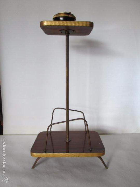 MESITA AUXILIAR VINTAGE CON REVISTERO - FORMICA Y METAL DORADO - 60 CM. DE ALTURA APROXIMADA (Vintage - Muebles)