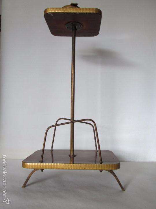 Vintage: MESITA AUXILIAR VINTAGE CON REVISTERO - FORMICA Y METAL DORADO - 60 CM. DE ALTURA APROXIMADA - Foto 3 - 57672078