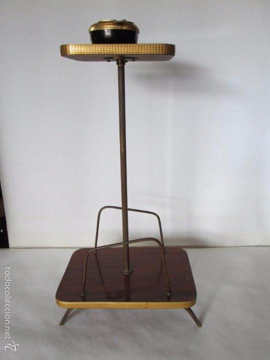 Vintage: MESITA AUXILIAR VINTAGE CON REVISTERO - FORMICA Y METAL DORADO - 60 CM. DE ALTURA APROXIMADA - Foto 5 - 57672078