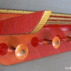 Vintage: PERCHERO PARED CON SOMBRERERO AÑOS 50 AIRE ROCKABILLY EN ALTO BRILLO Y CANTONERAS DORADAS. Lote 88915736