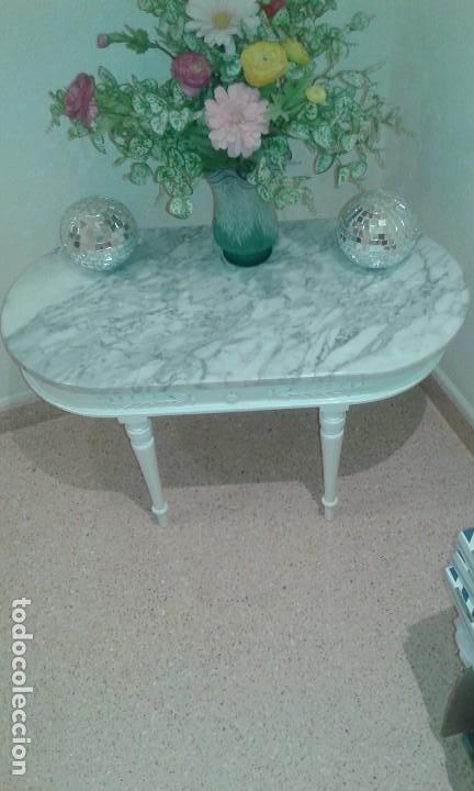 vintage mesa baja de madera decape blanca y encimera de mrmol foto