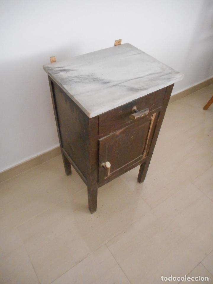 Antigua mesita de noche en madera con superfic comprar - Restaurar muebles vintage ...