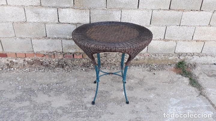 mesa de jardín o terraza de mimbre y hierro, mesa redonda o circular  antigua retro vintage