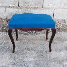 Vintage: SILLA BANQUETA DESCALZADORA AZUL ANTIGUA RETRO VINTAGE, TABURETE DESCALZADOR ANTIGUO. Lote 105224055