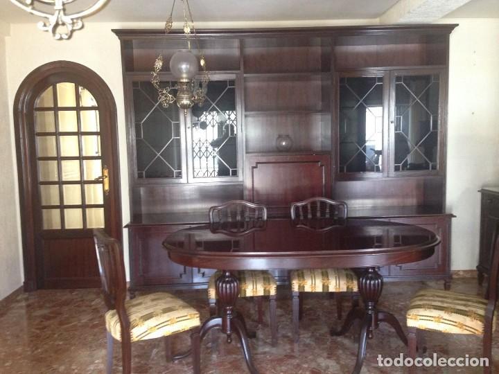 mesa comedor y cuatro sillas estilo ingles + dos sillones iguales pero con  diferente tapicería.