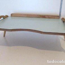 Vintage: PEQUEÑA MESITA PLEGABLE PARA DESAYUNAR EN LA CAMA AÑOS 60, BANDEJA DESAYUNO VINTAGE. Lote 119393363