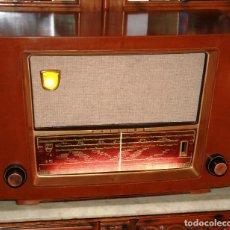 Vintage: MUEBLE RADIO A VALVULAS PHILIPS BE-552-A 1995 CAJA BAKELITA SIMULANDO MADERA ATREZO LEER MAS....... Lote 121707575