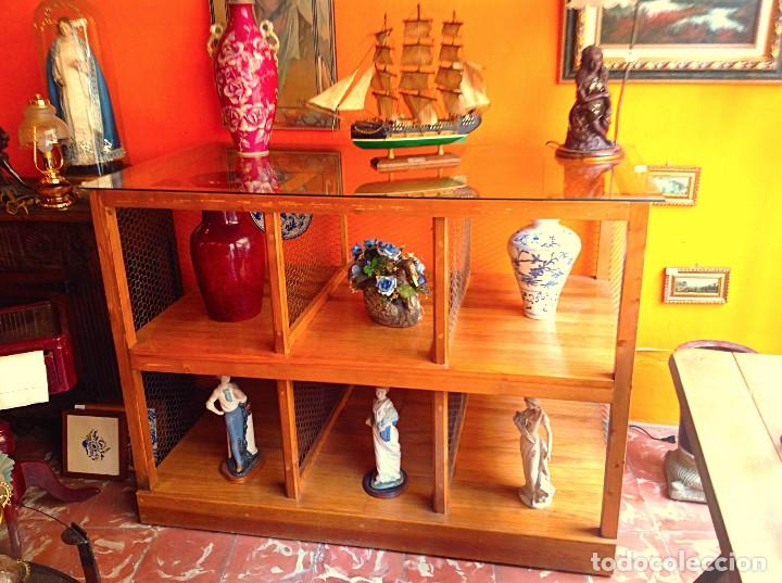 VITRINA APARADOR DE MADERA CON RUEDAS ORIGINAL Y ARTESANAL (Vintage - Muebles)