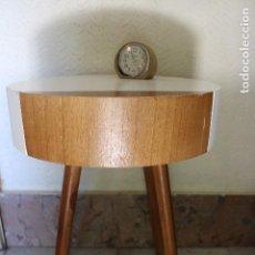 Vintage: MESA MESITA DE MADERA VINTAGE ESTILO NORDICO, PATAS BAMBI. Lote 125053867
