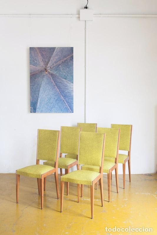 Conjunto de 6 sillas de comedor. Madera de roble y vinilo. Francia, años 60
