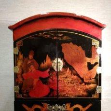 Vintage: ORIGINAL MUEBLE JOYERO ARTESANAL EN MADERA LACADA MOTIVOS CHINOS CON 2 PUERTAS Y CAJONES INTERIORES.. Lote 145963334