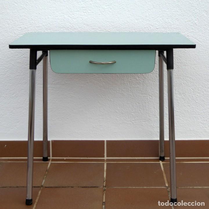 Mesa de cocina formica celeste, años 60-70